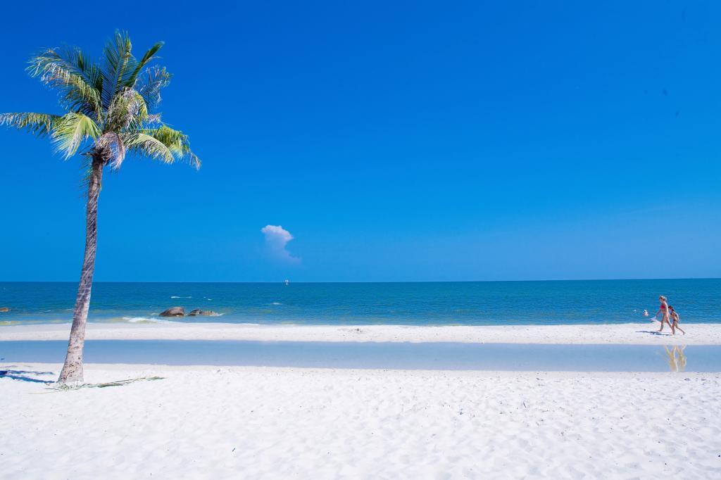 Чистый пляж курорта