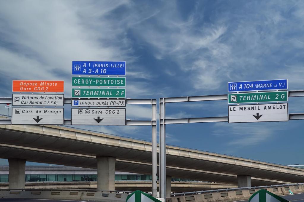 Дорожные указатели в аэропорту