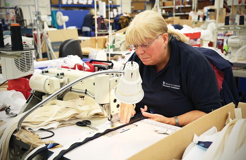 Рабочая на швейной фабрике
