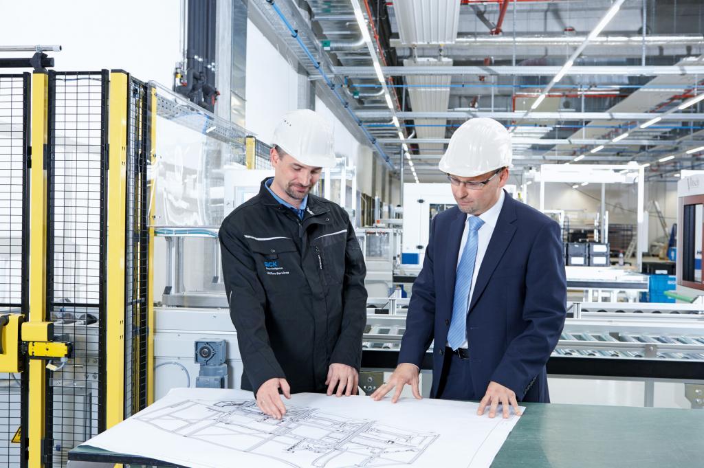 Инженеры на заводе