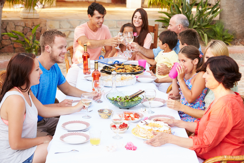 Большая семья за одним столом