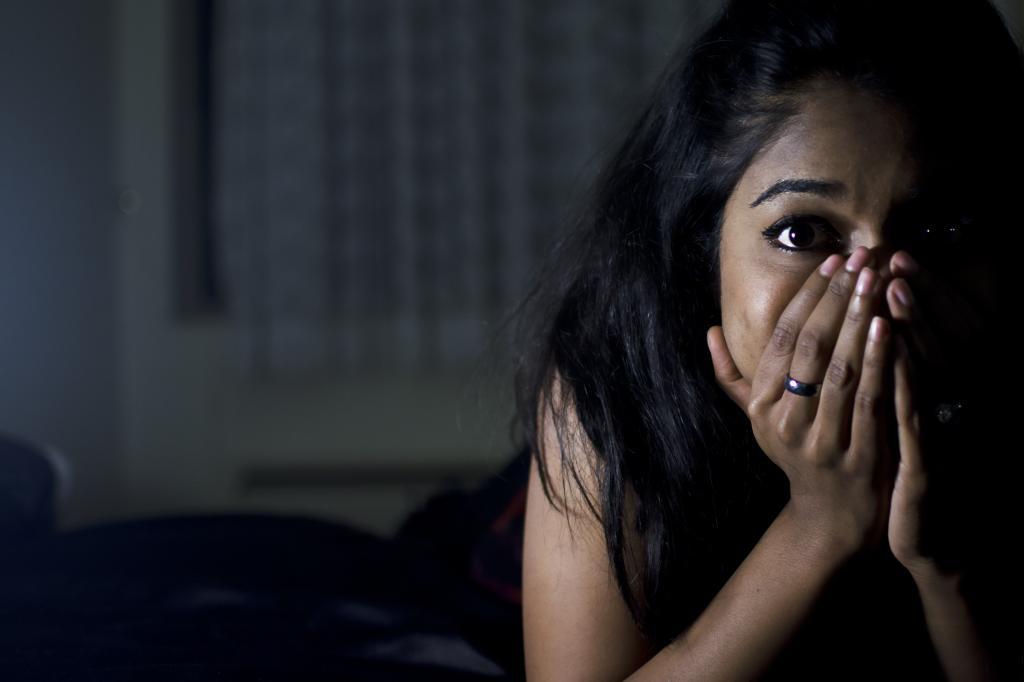 женщина тревожится