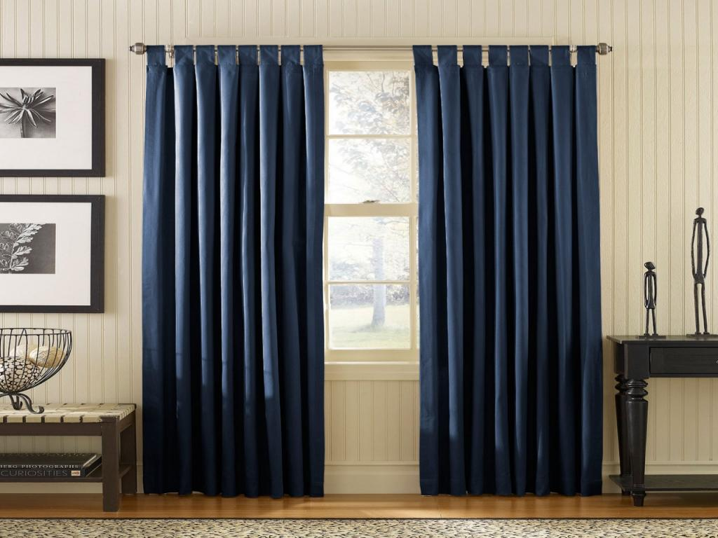 Широкие шторы темного цвета в интерьере комнаты