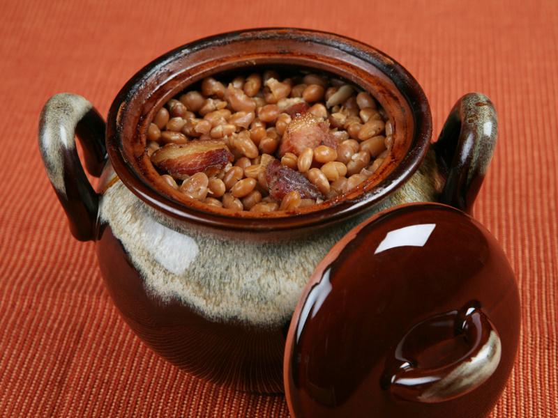 Говядина с фасолью в горшочке