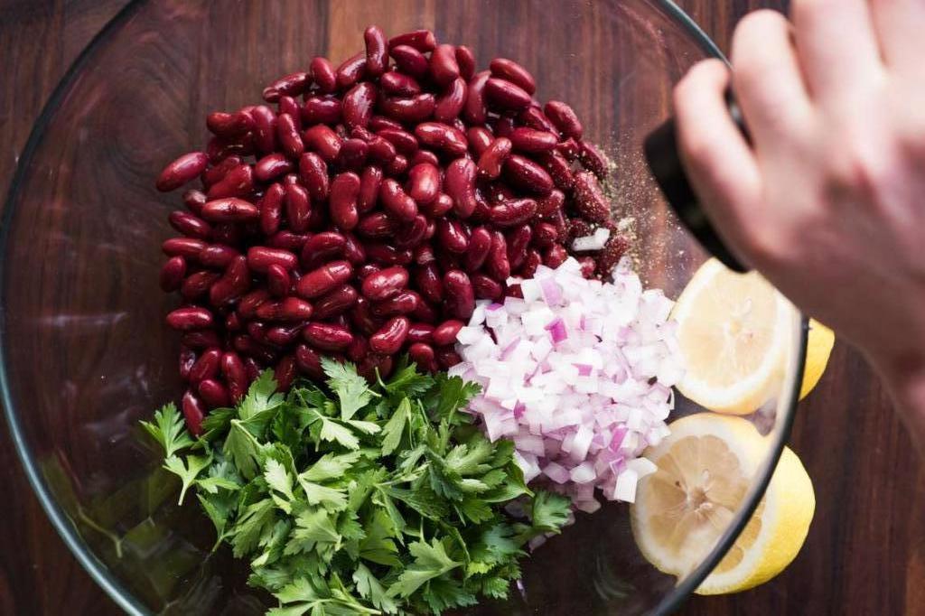 Красная фасоль, лук и кинза