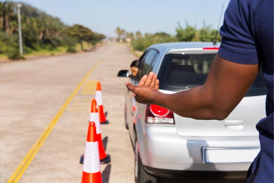 как научиться выезжать задним ходом с парковки легко