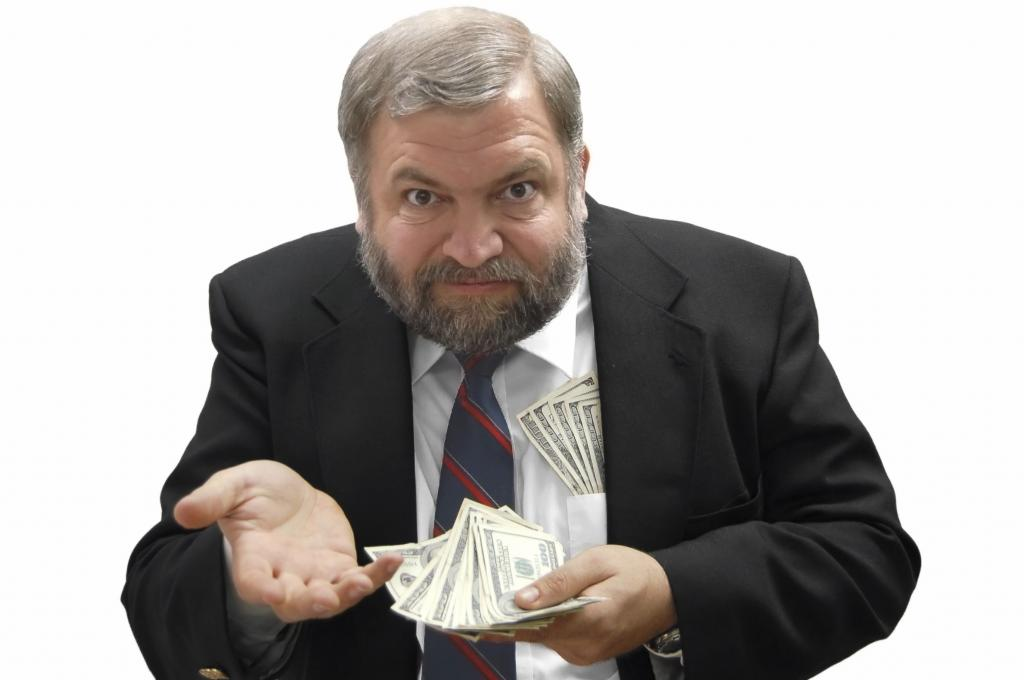 Человек держит деньги