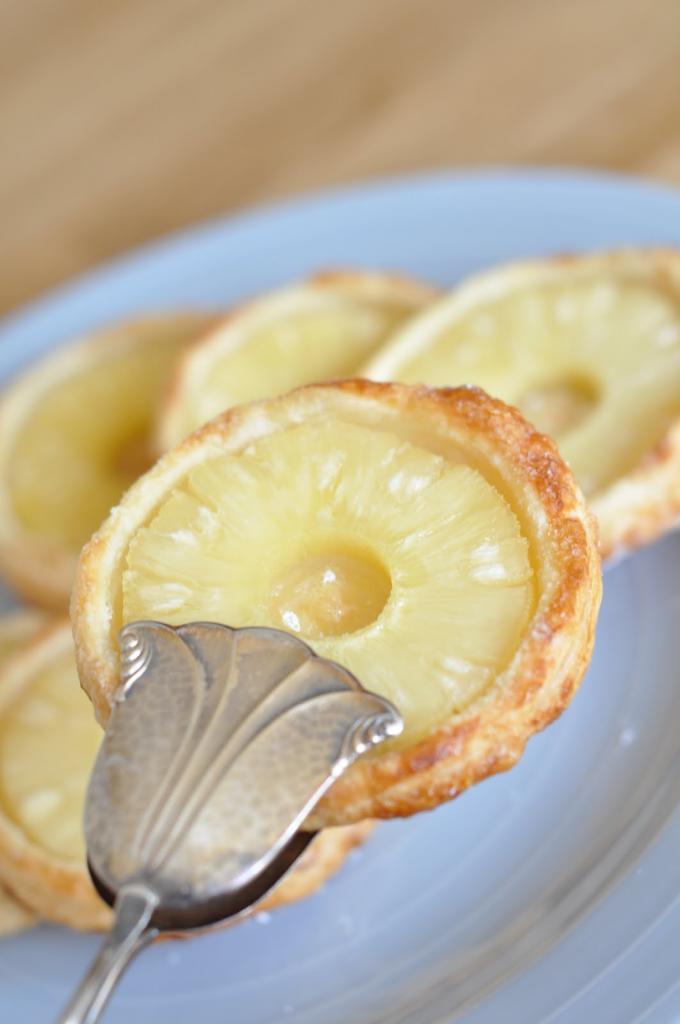 Слойка с ананасом круглая