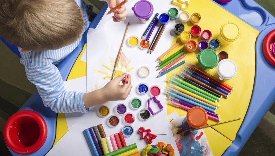Малыш, выбирающий для своего рисунка цвета
