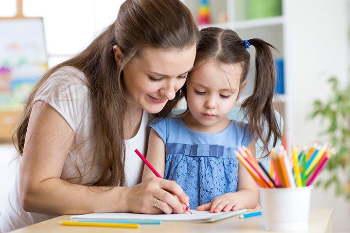 Мама учит с дочкой цвета