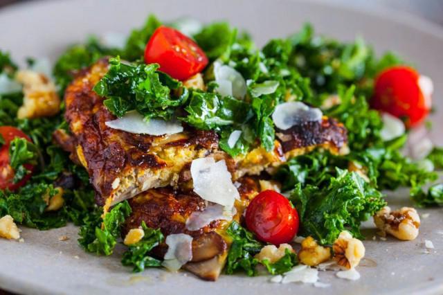 салат с кукурузой и омлетом