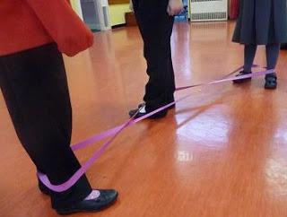 как играть в резиночку на ногах