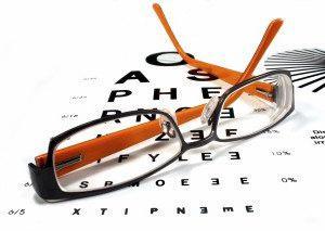 когда были изобретены очки для коррекции зрения