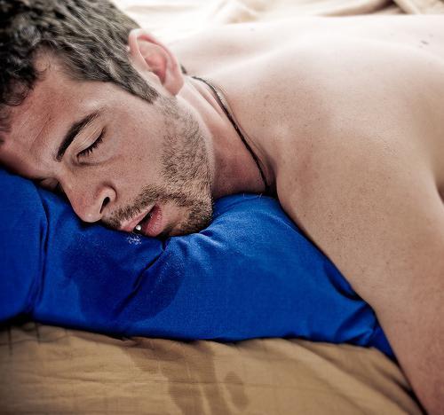 Почему во сне слюна вытекает изо рта