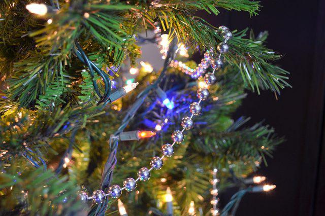 украшение елки бусами