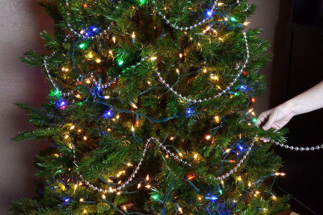 висят на елке бусы