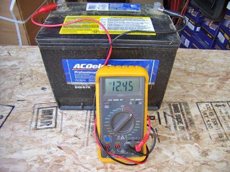 Сколько должен показывать заряженный аккумулятор