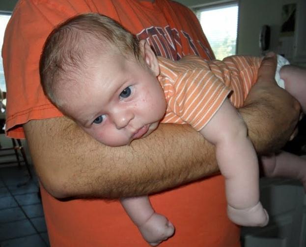 когда малыш начинает держать головку