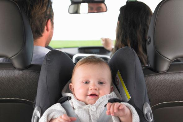 ребенок на переднем сиденье в автомобиль