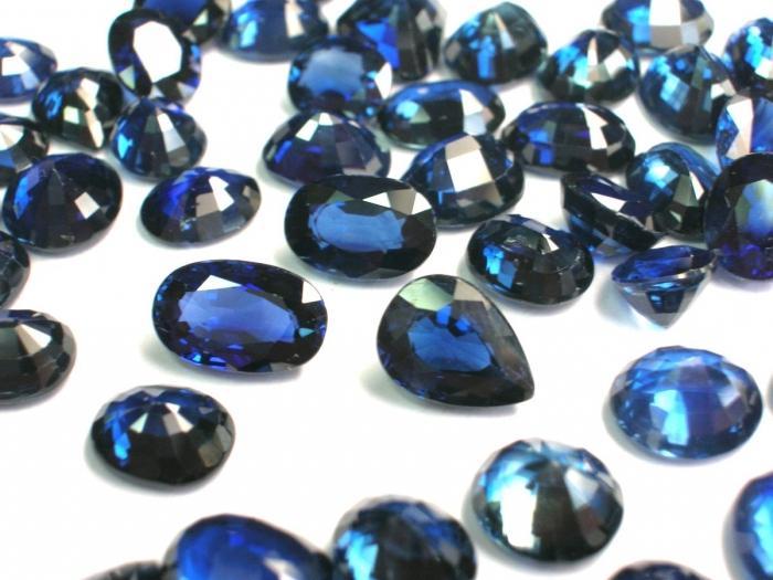 Ппозрачный камень отдаёт голубым